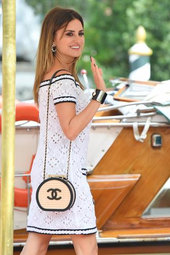 Лучезарная улыбка и как всегда идеальное платье от Chanel: новый выход Пенелопы Крус на Венецианском кинофестивале