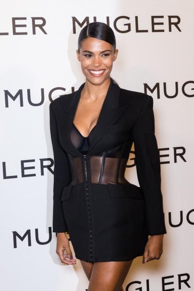Маленькое черное платье— всегда хорошая идея: Тина Кунаки на выставке Mugler