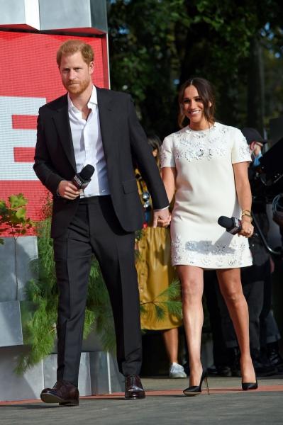 Меган Маркл в ультракоротком платье продемонстрировала идеальные подтянутые ноги
