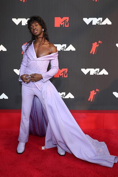 Мистер Золушка: Lil Nas X в лавандовом Versace показывает, что носят короли/королевы музыкальной индустрии