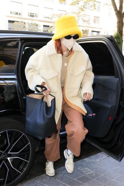 Модный гид на осень: Джиджи Хадид показывает, какой головной убор и верхнюю одежду выбрать на октябрь