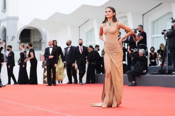 «Мокрое» платье, которое войдет в историю, и огромный изумруд на шее: Зендая на кинофестивале в Венеции