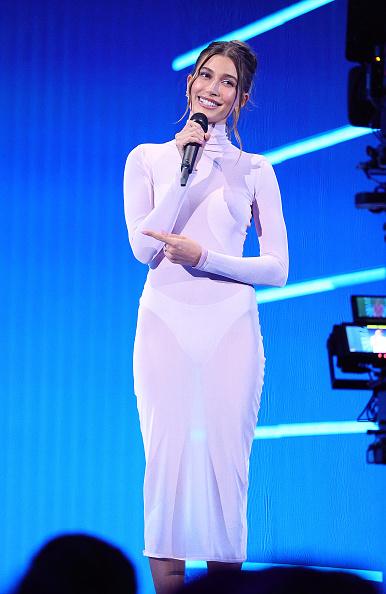 Молочное платье-водолазка, которое «исчезает» на фотографиях,— у Хейли Бибер на премии VMA