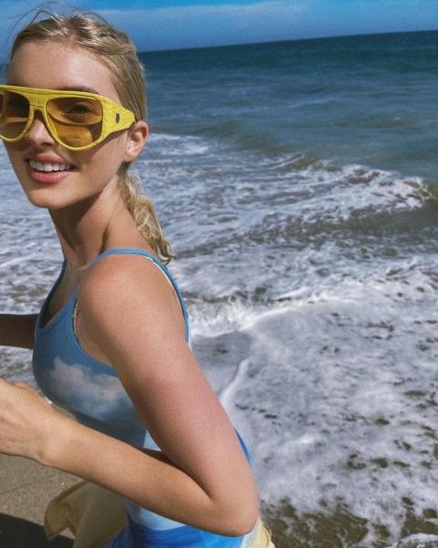 Море волнуется: Эльза Хоск в голубом платье-фотообоях