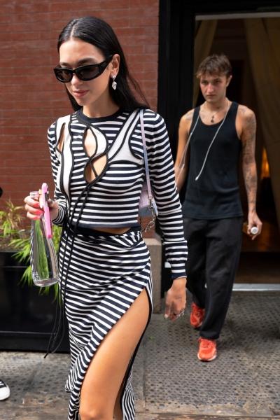 На стритстайле как на красной дорожке: юбка Дуа Липы с головокружительным разрезом от бедра
