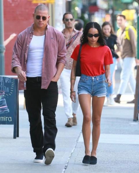 На Зои Кравиц даже обычная футболка и джинсовые шорты выглядят ультрамодно