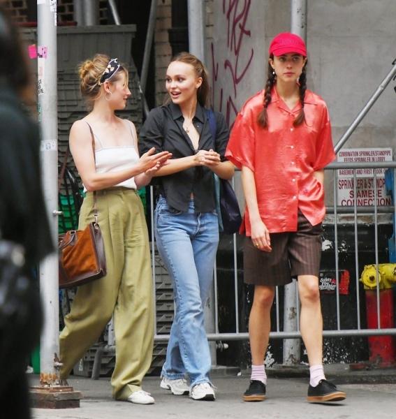 Не жизнь, а кино: Лили-Роуз Депп и Маргарет Куэлли даже на стритстайле похожи на героинь какого-то фильма