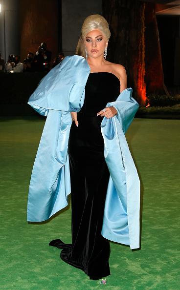 Неожиданно! Леди Гага рядом с Брэдом Питтом на «внеплановом Оскаре» и в наряде, похожем на фантастический цветок