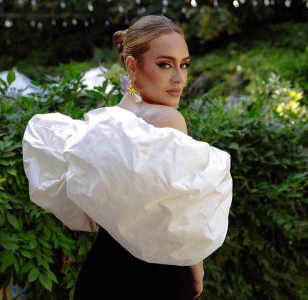Невероятно красивая Адель в Schiaparelli опубликовала первое фото с новым возлюбленным