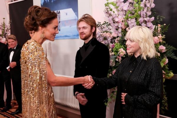 Никто не ожидал, но Билли Айлиш в прекрасной форме и в костюме-пижаме встретилась с Кейт Миддлтон