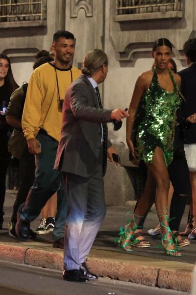 Ночью на улицах Милана особенно жарко, когда там гуляет роскошная Тина Кунаки в сверкающем мини