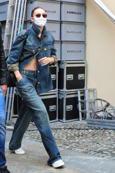 Носите джинсовку полурасстегунтой, наподобие рубашки, как Джиджи Хадид