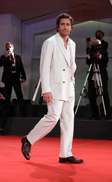 Обворожительный принц в белоснежном смокинге: Джейк Джилленхол и его редкое появление на красной дорожке