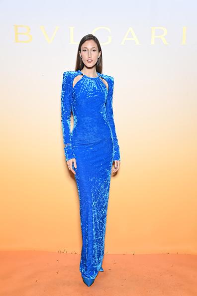 Оцените, как завораживает платье из яркого голубого бархата. Вы не перестанете о нем думать все выходные