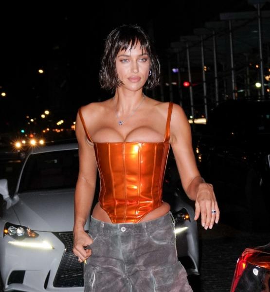 Очень короткая стрижка и очень высокая грудь: Ирина Шейк в Сохо