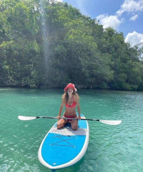 Очень много купальников: Хейли Бибер поделилась фотографиями из отпуска