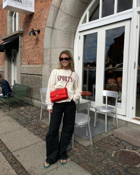 Осенью сочетайте широкие брюки и объемный свитшот, как стилист Эмили Синдлев