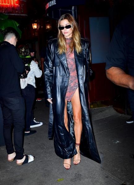 Платье-боди и кожаный плащ на 10 лет: Хейли Бибер после ужина с Рианной
