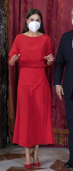 По пятницам королева Летиция выбирает красный. И носит его очень эффектно