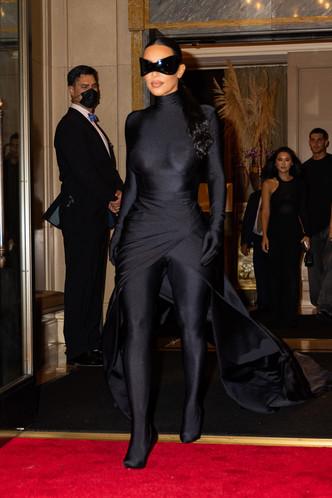 Подруга Бэтмена: Ким Кардашьян сменила одно платье-чехол Balenciaga на другое, но хотя бы позволила взглянуть на свое лицо