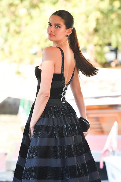 Полосатый бархат и юбка-колокол: Сара Сампайо в кутюрном Armani