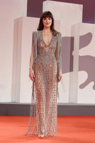 Потрясающее «голое» платье из слез-кристаллов— у Дакоты Джонсон на премьере в Венеции