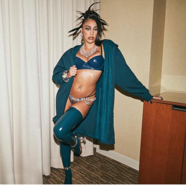 Провокация уровня «богиня»: Лурдес Леон в белье из изумрудного латекса. И Рианна приложила к этому руку