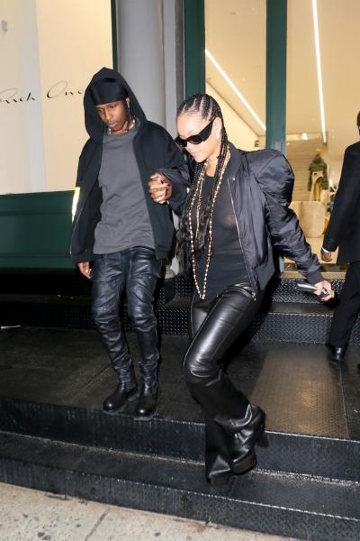 Рианна и ASAP Rocky подчеркивают свою близость одинаковой одеждой. Кому кожаные брюки в стиле киберготов идут больше?