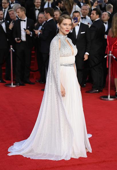 Роскошная парижанка: Леа Сейду в кутюрном платье Louis Vuitton с шелковой накидкой
