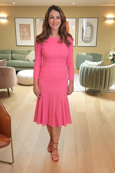 Розовое платье + алые босоножки: Элизабет Херли на бранче в Лондоне