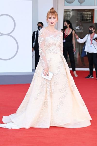 Рваная челка и платье, расшитое камнями: «Мисс Европа» Агата Максимова на кинофестивале в Венеции