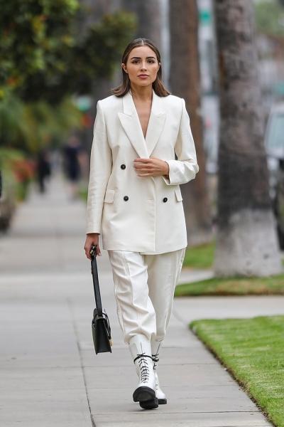 С чем осенью носить белую обувь? Модный урок от Мисс Вселенной— модели Оливии Калпо
