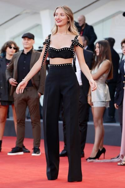 Самая красивая: Беатрис Вендрамин в топе из кристаллов на Венецианском кинофестивале