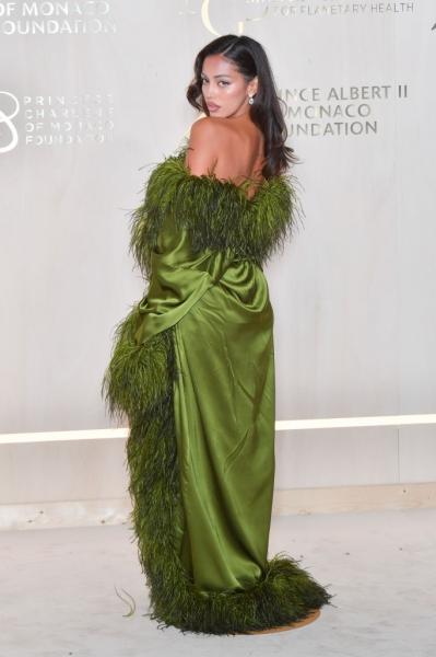 Самая красивая испанка по прозвищу «двойник Ирины Шейк» в шелковом халате с перьями вскружила голову всем в Монако