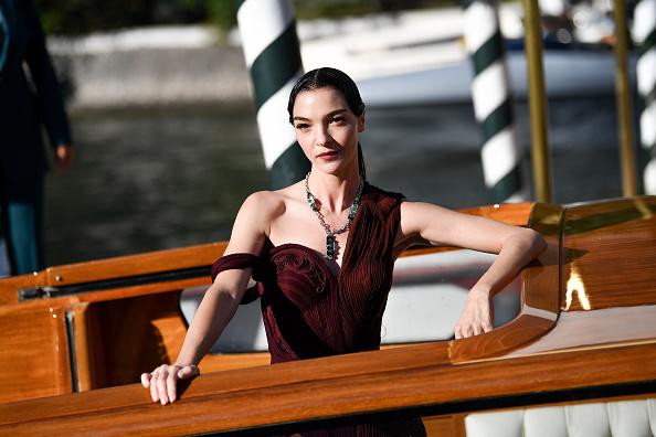 Самое красивое платье в истории Венецианского кинофестиваля: Мариякарла Босконо в винтажном Jean Paul Gaultier и цветных колготках