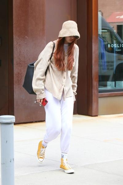 Шляпа-слоуч и желтые кеды: супермодель Джиджи Хадид летит инкогнито в Милан (но мы ее все равно узнали)