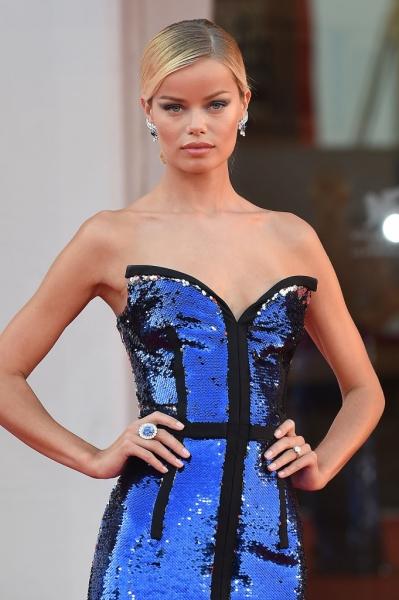 Синий махаон: топ-модель Фрида Аасен в платье, похожем на огромную бабочку