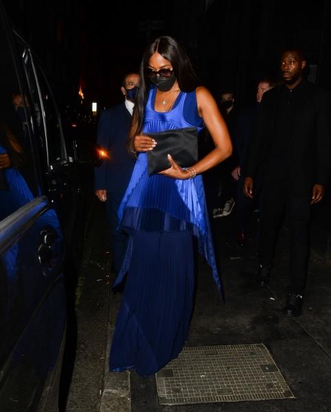 Слишком красиво: Наоми Кэмпбелл в атласном платье цвета ультрамарин, от которого невозможно отвести взгляд