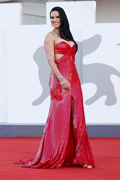 Смотрите не обожгитесь! Сексуальная Адриана Лима в платье, похожем на языки пламени