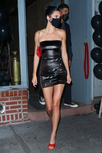 Соблазнение на максимум: Кендалл Дженнер в кожаном микроплатье