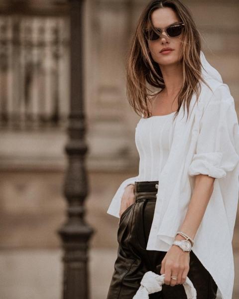 Сочетайте корсет и рубашку, как это делает Алессандра Амбросио