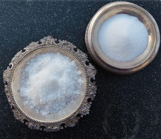 Спать с кварцевым кристаллом и умываться морской водой: 5 бьюти-приемов по уходу за кожей из ТикТока