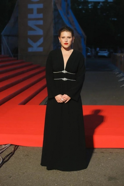 Средневековая миледи: Варвара Шмыкова в целомудренном черном платье с серебряными пряжками