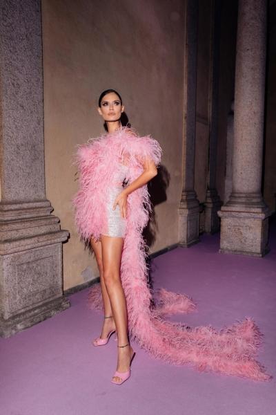 Супермодель Бьянка Балти в облаке из розовых перьев— самая соблазнительная гостья любой вечеринки