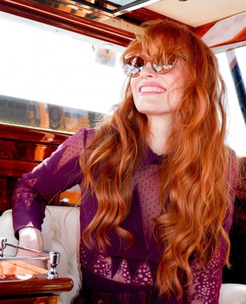 Так выглядит настоящая роскошь: Джессика Честейн в комбинезоне оттенка маджента