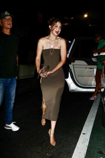 Трикотажное платье с корсетом или рискованное мини с необычными разрезами: сногсшибательные сестры Хадид спешат на вечеринку