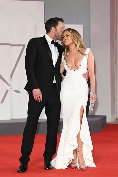 Трогательно и роскошно: первый официальный выход и поцелуи Дженнифер Лопес и Бена Аффлека на красной ковровой дорожке