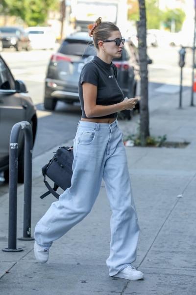 У вас есть целый сентябрь, чтобы успеть поносить самые модные джинсы, как у Хейли Бибер