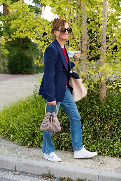 Узнаете в этой случайной прохожей в голубых джинсах легендарную парижанку?