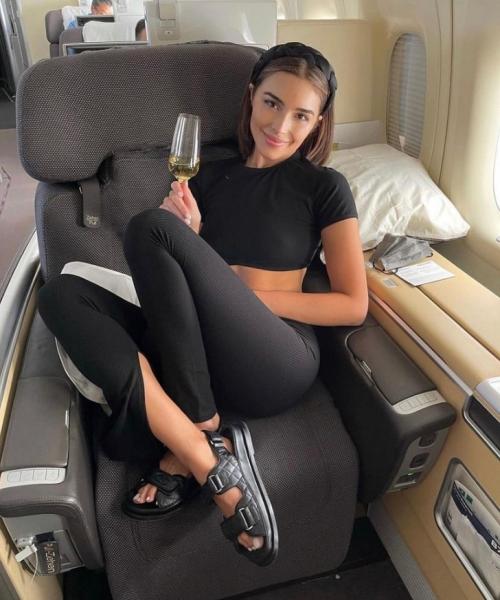 В чем путешествует Мисс Вселенная: показывает Оливия Калпо